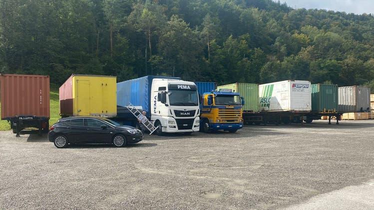 Der Verein Swiss Help Point aus Lupfig transportiert mit einem Hilfskonvoi rund 62 Tonnen humanitäre Güter nach Moldawien - hier die Vorbereitung der acht Camions vor der Abfahrt. (Zvg / Aargauer Zeitung)