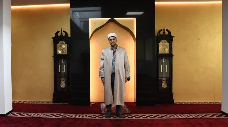 Imam Fexhri Muhameti vor der Mihrab, seiner Gebetsnische, im Gebetsraum der Männer. (Livia Häberling)