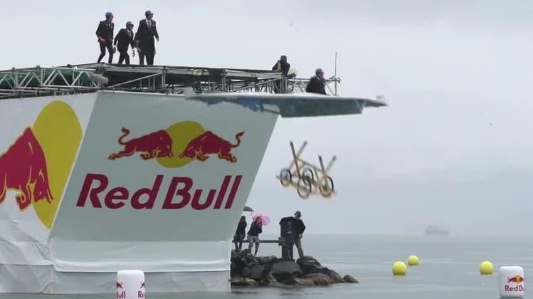 Selbst gebastelte Fluggeräte starten am Strand von Bellerivevon einer sechs Meter hohen Rampe