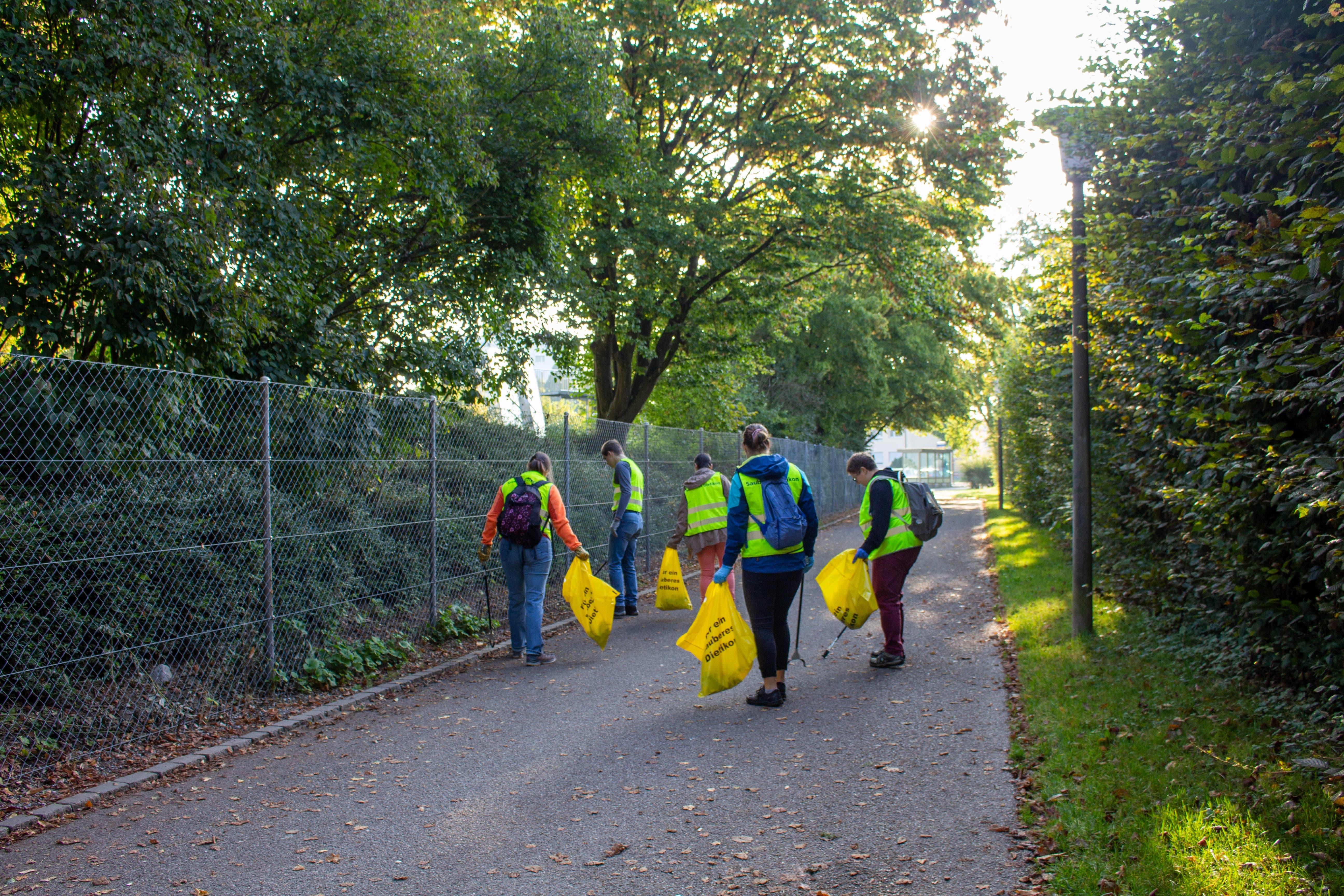 Am neunten Clean-Up-Day engagierten sich auch die Vereine, Parteien und weitere Organisationen der Stadt Dietikon. Die Gruppe der EVP und des Vereins Fit und Spass zogen von der Stadthalle her los.
