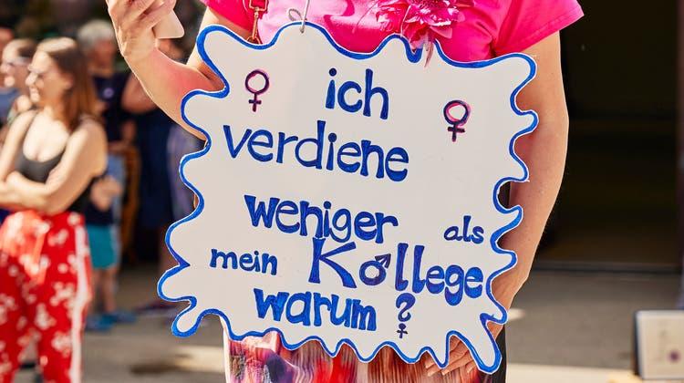Lohngleichheit war auch am Frauenstreik am 14. Juni 2019 in Aarau ein Thema. (Colin Frei)