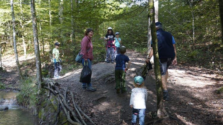 Alt und Jung sammeln Abfall im Bellacher Wald. (lmb)