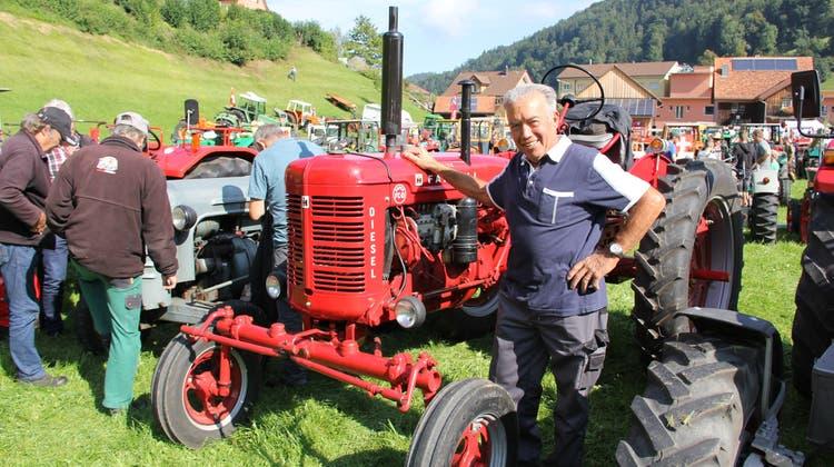 Peter Schlauri hat denselben Jahrgang wie sein IH Farmall FCD von 1945. Speziell ist die Hydraulik in der Mitte des Traktors. (Bild: Fränzi Göggel)