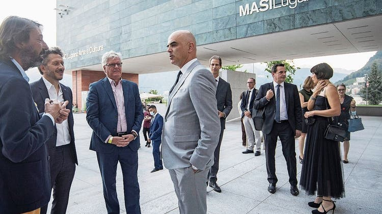 Alain Berset (Mitte) kam am Freitag zur Verleihung des Schweizer Musikpreises 2021 nach Lugano. Rechts im Hintergrund seine Frau Muriel Zeender Berset. (Keystone (Lugano, 17. September 2021))