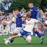 Der Buochser Christoph Frank (vorne) erkämpft den Ball gegen den Luzerner Neuzugang Nikola Cumic (links) und Filip Ugrinic. (Bild: Martin Meienberger/Freshfocus (Buochs, 18. September 2021))