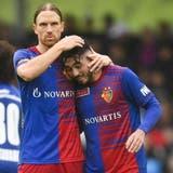 Taulant Xhaka und Liam Millar feiern gemeinsam – sie haben zwei der drei Basler Tore gegen den FC Rorschach-Goldach erzielt. (Bild: Keystone)