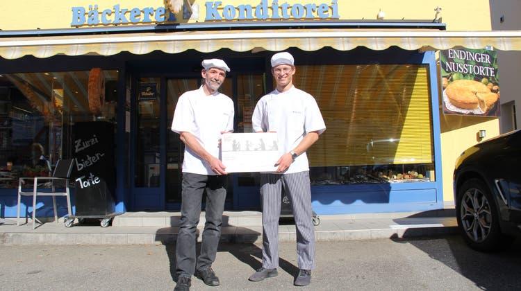 Bäckermeister Ruedi Alt (.) und sein inzwischen ausgelernter Lehrling Noah Jeggli. Alt hat den 2. Preis für den Berufsbildner 2021 gewonnen. (Susanne Holthuizen)