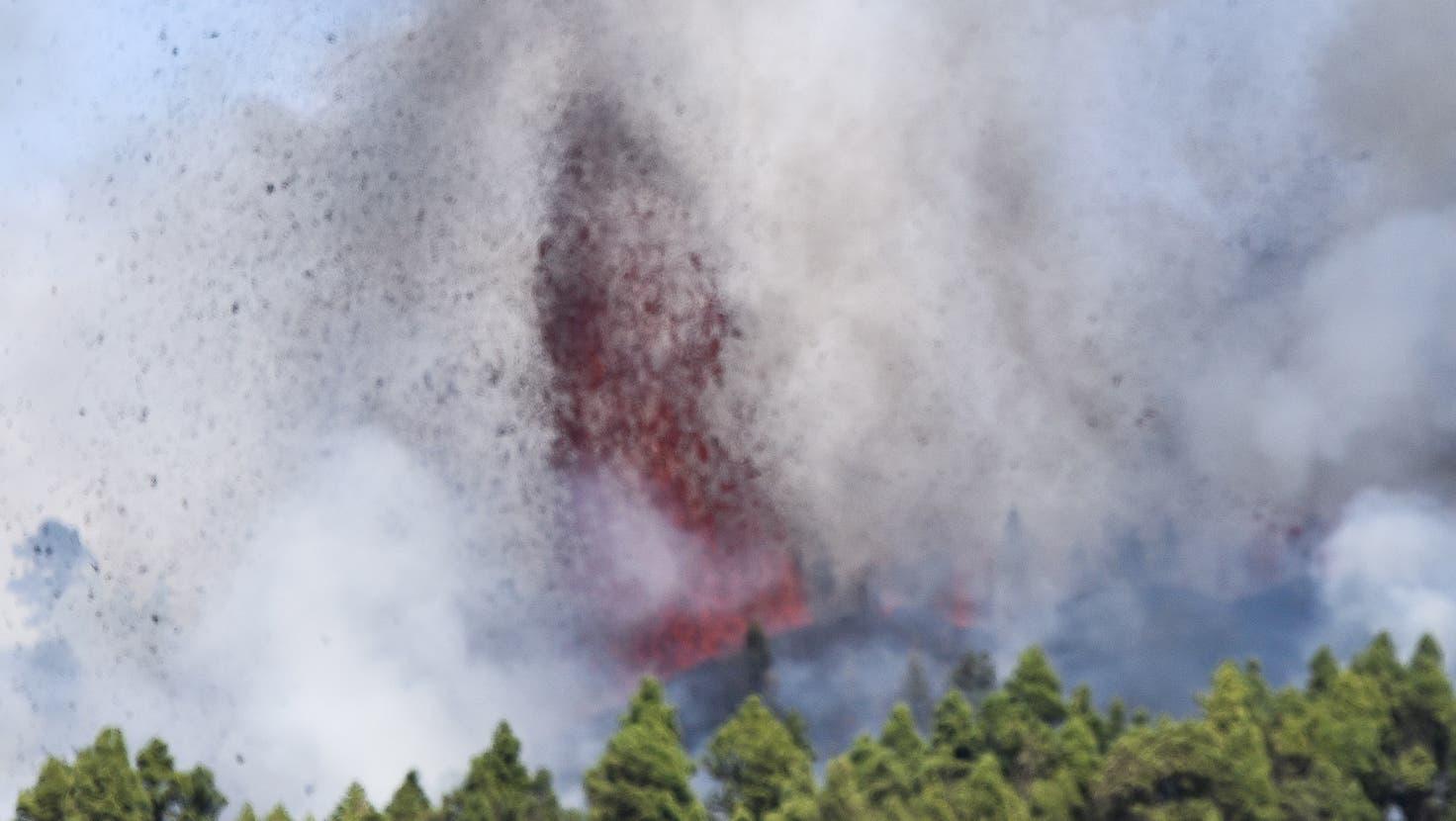 Es habe am Sonntag eine heftige Explosion in der Gemeinde El Paso im Süden der Insel gegeben, berichtete die Zeitung «El País». (Bild: Miguel Calero / EPA (El Paso, 19. September 2021))
