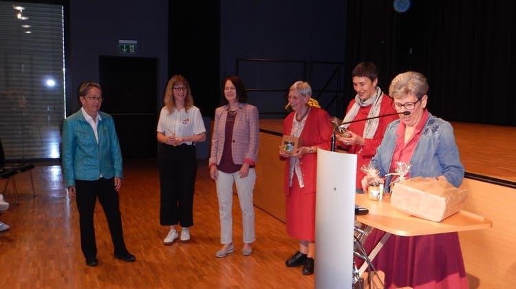 Käthi Gut (rechts) überreichte den Referentinnen (von links) Hildegard Fässler, Andrea Scheck, Claudia Friedl, Hanna Sahlfeld-Singer und Barbara Gysi ein kleines Geschenk. (Thomas Schwizer)