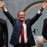 Wahlkampf in Celle: CDU-Chef Armin Laschet, stösst mit dem CDU-Bundestagsabgeordneten Henning Otte (links) und dem niedersächsischen Wirtschaftsminister Bernd Althusmann (rechts) an. (Chris Emil Janssen/Imago (16. September 2021))
