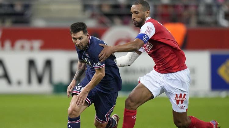 Lionel Messi im Duell mit Reims Captain Yunis Abdelhamid. (Francois Mori / AP)