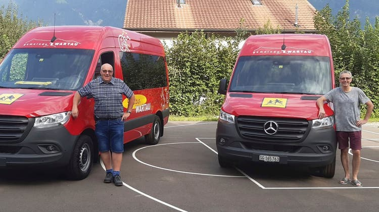 700 Kilometer jede Woche: Die beiden Schulbusfahrer sind täglich sicher und pünktlich unterwegs, nun mit neuen Bussen