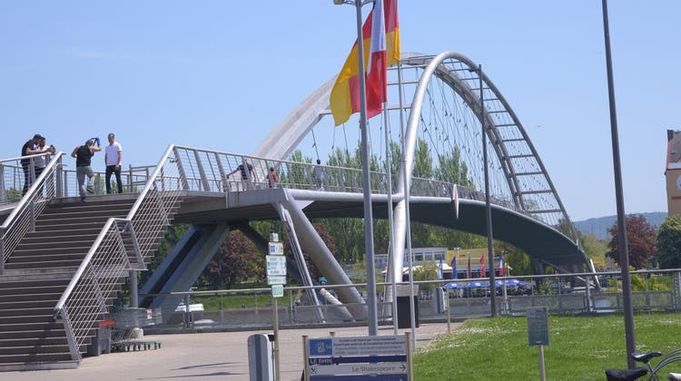 Mit einer neuen Brücke soll die Lücke am rechten Rheinufer geschlossen werden. Sie wäre ein Zusatz zur bestehenden Dreiländerbrücke (im Bild). (Nicole Nars-Zimmer)