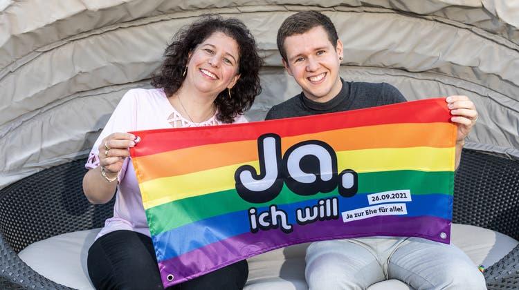 Dominik Steinacher aus Tägerig freut sich, dass ihn seine Mutter Cornelia beim Kampf für die «Ehe für alle» so tatkräftig unterstützt. (Valentin Hehli)