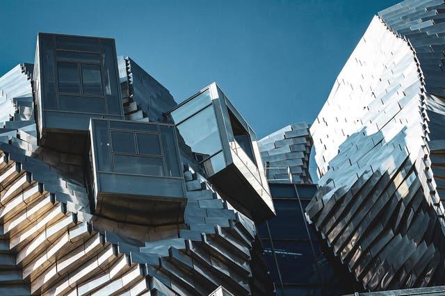 Bei manchen umstritten: Warum eine Roche-Erbin in Arles ein futuristisches Gebäude gebaut hat