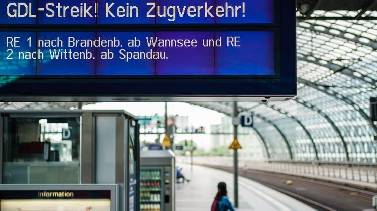 Am Berliner Hauptbahnhof lagen bereits am 11. August die Züge still. (Keystone)