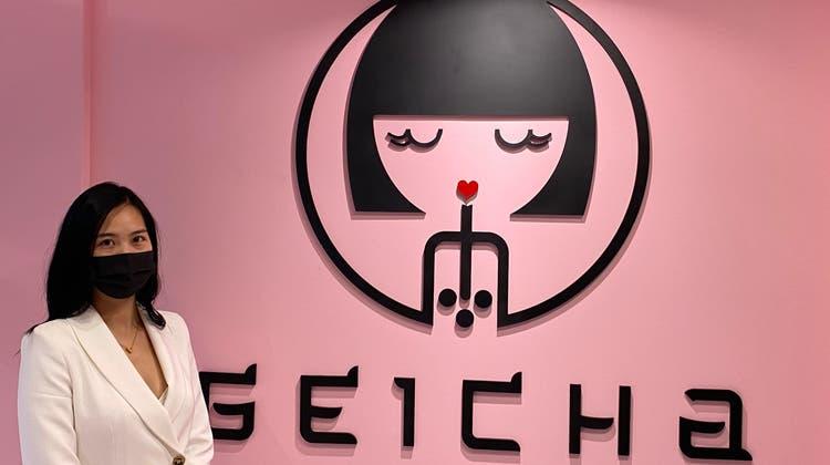 GeschäftsleiterinMai Anh Truong posiert vor dem Logo des Bubble-Tea-Lokals Geicha.Der Take-away-Shop hat jeweils täglich von halb 12 bis 20 Uhr geöffnet. (Bild: Pascal Keel)