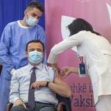 Der kosovarische Premierminister Albin Kurti wurde im März geimpft. Er gehört damit zu jenen 15 Prozent, die in Kosovo bereits eine Impfung erhalten haben. (Bild: Visar Kryeziu / AP)