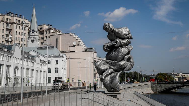 Die Skulptur des Schweizer Künstlers Urs Fischer erhitzt die Gemüter in Russlands Hauptstadt. (Keystone)