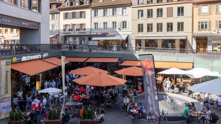 Die Henry's Sports Bar in Baden: Ab sofort gilt am Wochenende drinnen Zertifikatspflicht. (BT-Archiv/Severin Bigler)