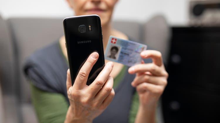 Zur Frage, wie die neue staatliche E-ID technisch gelöst werden soll, kann sich nun die Bevölkerung äussern. (Britta Gut)