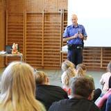 Gespannt haben die Lengnauer Kinder Roger Schneider zugehört, dem Jugendbeauftragten und Instruktor der Repol. (Susanne Holthuizen)