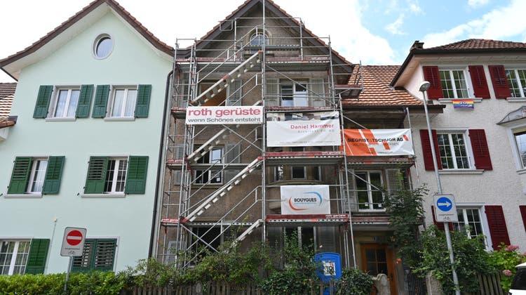 Die Liegenschaft Bleichmattstrasse 21 in Olten (mit Gerüst) soll «ein Haus für Menschen in Not» werden. (Bruno Kissling / Oltner Tagblatt)