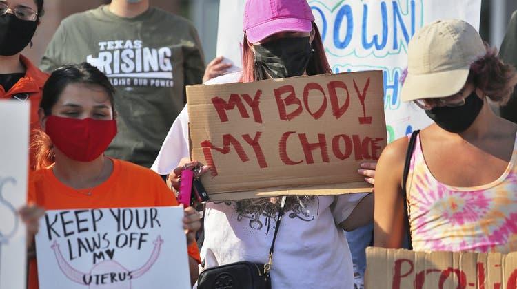 Demonstrantinnen protestieren in Edinburg (Texas) gegen ein neues Abtreibungsverbot im zweitgrössten amerikanischen Bundesstaat. (Joel Martinez / AP)