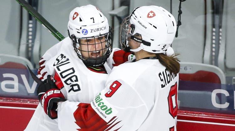 Lara Stalder (links) und Shannon Sigrist feiern einen Treffer im WM-Bronzespiel gegen Finnland. Nun folgen Testspiele gegen Japan. (Jeff Mcintosh/Keystone (Calgary, 31. August 2021))