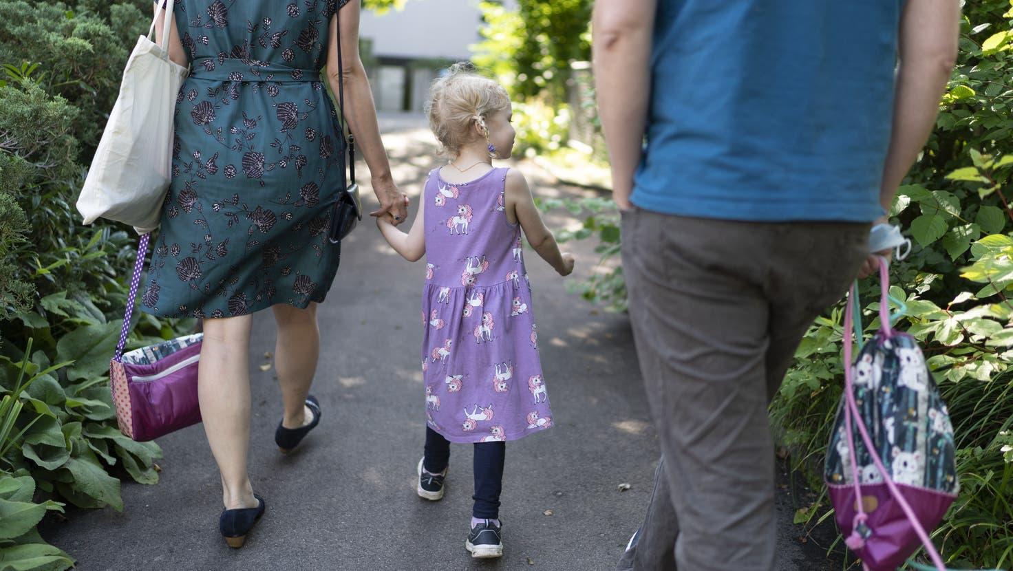 Die Pflegefamilie muss nach Persönlichkeit, Gesundheit und erzieherischer Eignung in der Lage sein, ein Pflegekind bei sich aufzunehmen. (Symbolbild: Keystone)