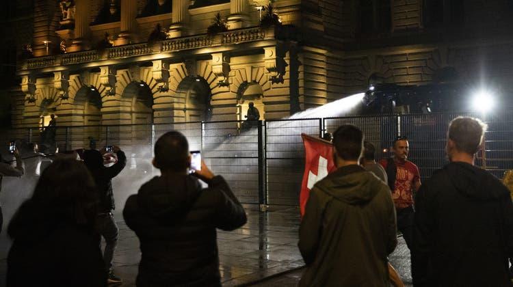 Am vergangenen Donnerstag kam es vor dem Bundeshaus zu wüsten Szenen, die Polizei setzte Wasserwerfer ein. (Keystone)