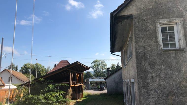 Diese Altbauten an der Ausserdorfstrasse in Seon werden abgerissen – dafür soll ein Mehrfamilienhaus mit 8 Wohnungen für 2,48 Mio. gebaut werden. (Florian Wicki)