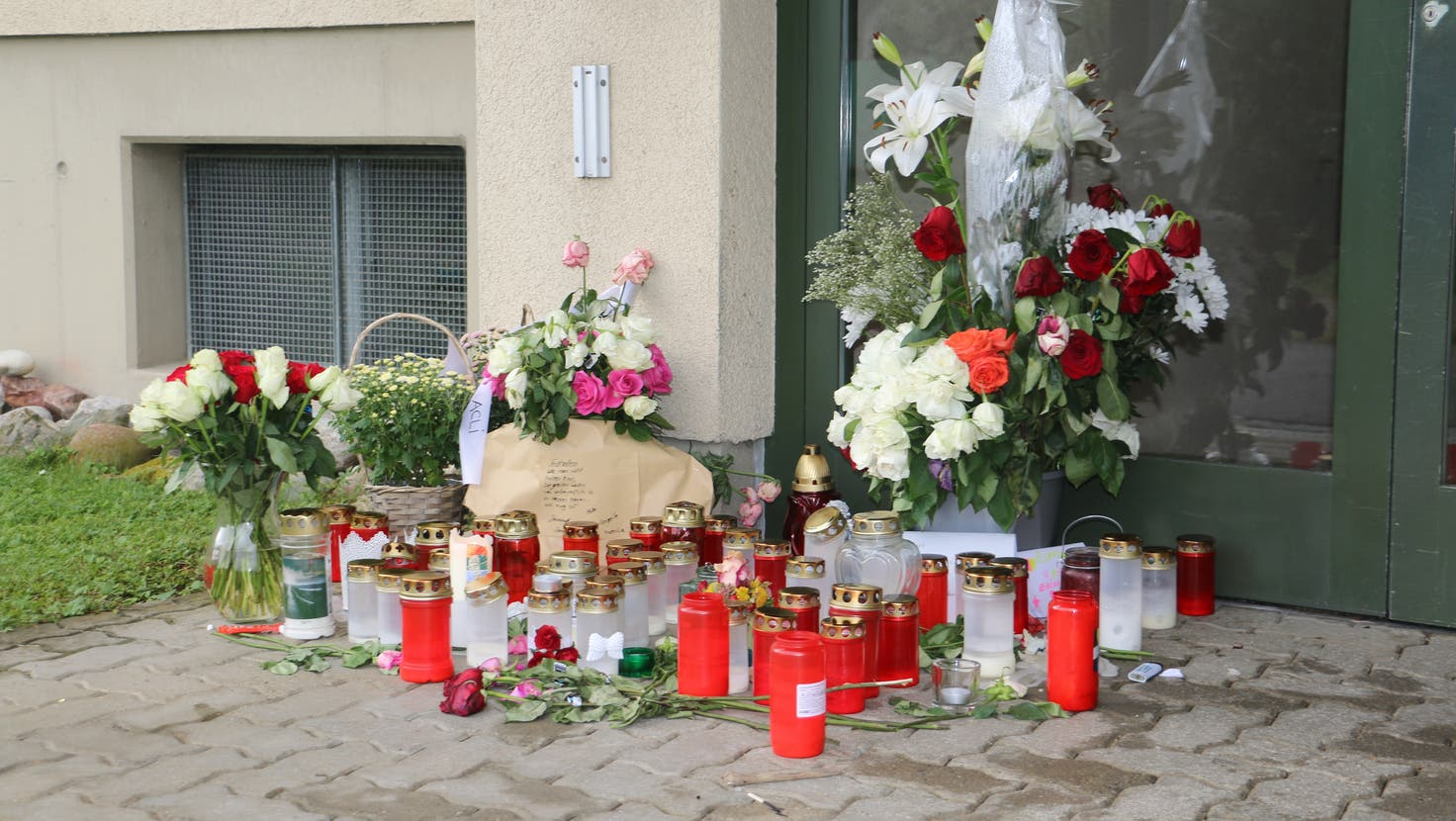 Noch immer erinnern Kerzen, Karten und Blumen vor der Eingangstüre des Mehrfamilienhauses in Frick an das tragische Geschwisterdrama. (Dennis Kalt/Aargauer Zeitung)