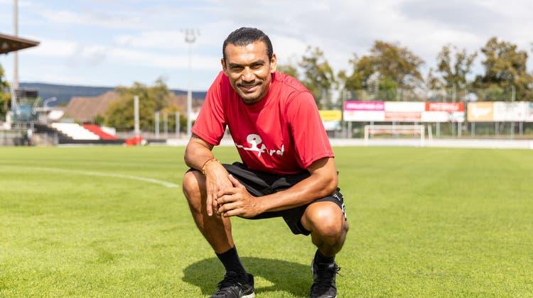 Posieren auf der topfebenen Unterlage: Einst spielte er selber für den FC Aarau, seit 14 Jahren ist Gil HemmiHerr über den Rasen im Brügglifeld. (Valentin Hehli)
