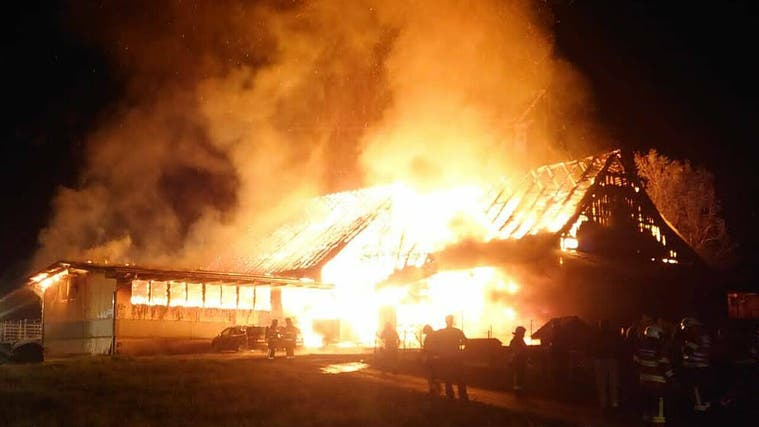 Die Feuerwehr versucht, das Wohnhaus nebenan zu retten. (Leserbild Bote der Urschweiz)