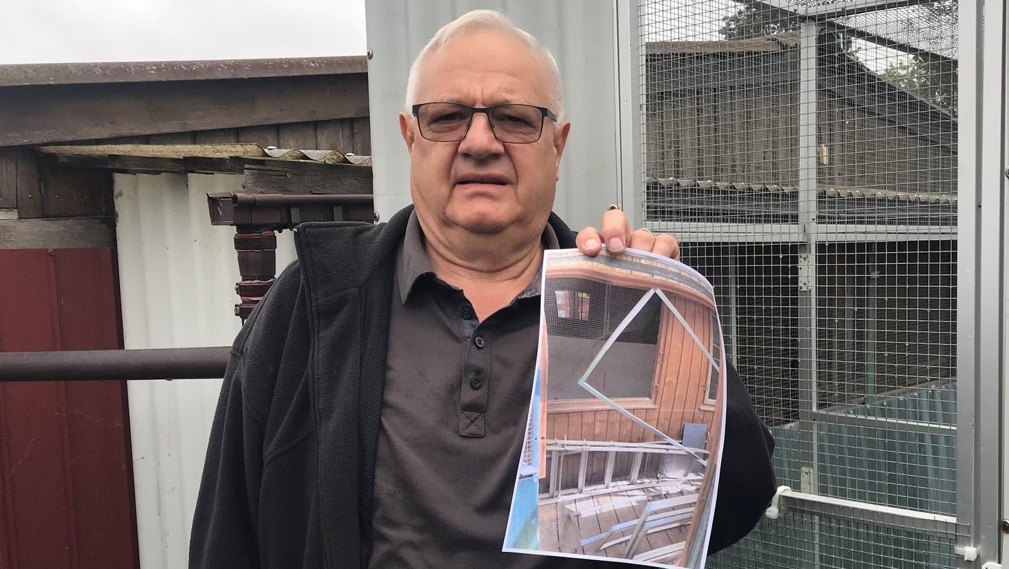 Löcher im Gitter und eine ausgehängte Türe: Christian Berger zeigt ein Bild von der Situation, die er nach dem Einbruch vorfand. (Lydia Lippuner)