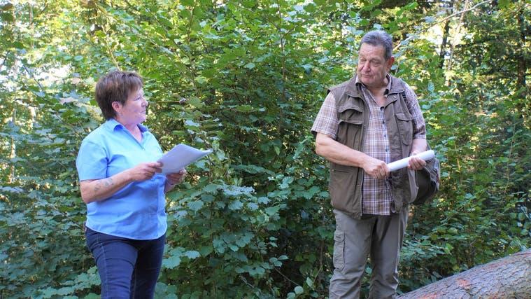 Gemeinderätin Trudy Müller dankt Martin Leu für seinen Einsatz im Schöftler Wald. (Sibylle Haltiner)