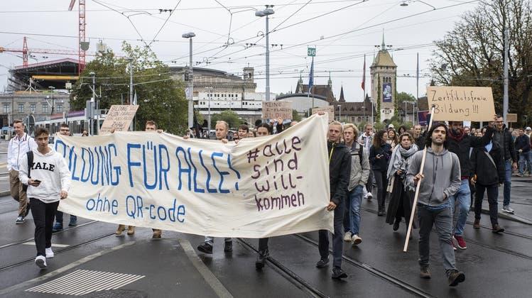 Studierende protestieren vor dem Hauptbahnhof Zürich gegen die neue Zertifikatspflicht an Hochschulen. (KEYSTONE)