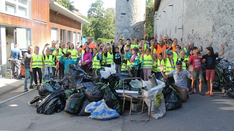 Über 120 Teilnehmerinnen und Teilnehmer haben am Clean-up-Day in Bremgarten mitgeholfen, dieStadt zu säubern. Eine der Gruppen zeigt hier ihren gesammelten Müllberg. (MZM)