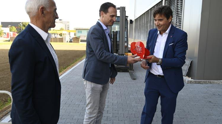 Stadtpräsident François Scheideggerübergibt CEO Jean-Marc Gamma eine Skulptur von Marc Reist als Präsent; links: Fritz Hunziker, VR-Präsident der Pfiffner Gruppe, zu der die Alpha ET gehört. (Oliver Menge / Nikon Z6)