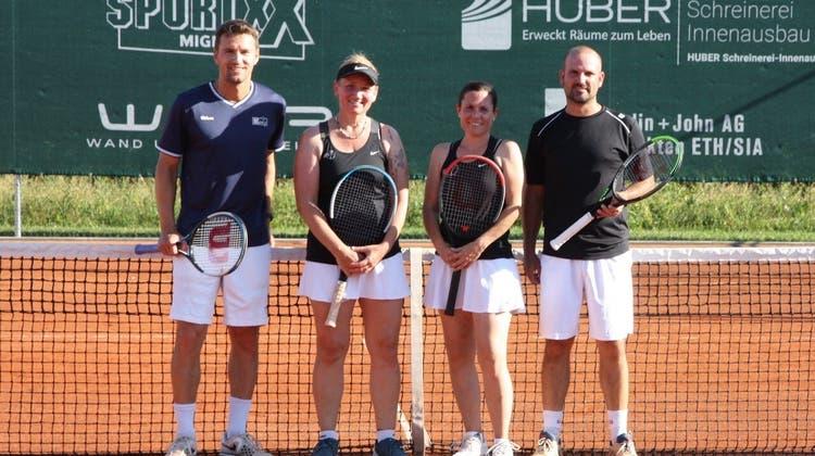 Sportlich begeisterte bei der Eröffnung der neuen Anlage am Fricker Juraweg das Mixed-Doppel. (Bild: zvg)