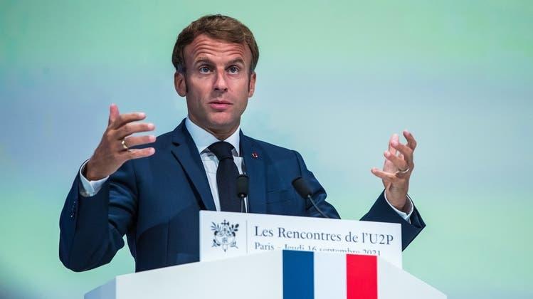 Befindet sich im Wahlkampf und muss dementsprechend stark auftreten: Frankreichs Präsident Emmanuel Macron. (Keystone)