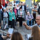 Die Kriegstetter Senioren werden nach der Seniorenfahrt von der Vereinsmusik Kriegstetten empfangen. (Hanspeter Bärtschi)