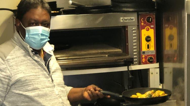 Einigung erzielt: Kumarasamy Sivanesan alias «Siva» darf auch weiterhin das tun, was er leidenschaftlich gerne tut: für Gäste kochen. (Bild: Timon Kobelt)