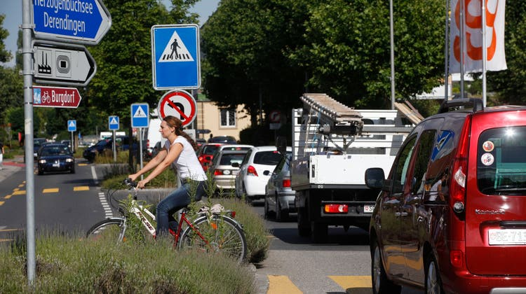 Verkehrssituation auf der Hauptstrasse durch das Zentrum von Zuchwil. (Hanspeter Bärtschi)