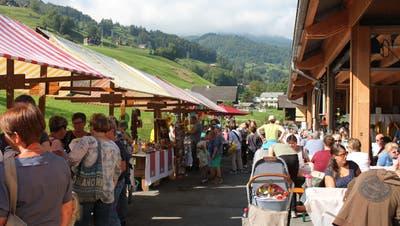 An den Marktständen herrschte ein reges Treiben. Die Besucher genossen den Tag auf dem Hof (PD)