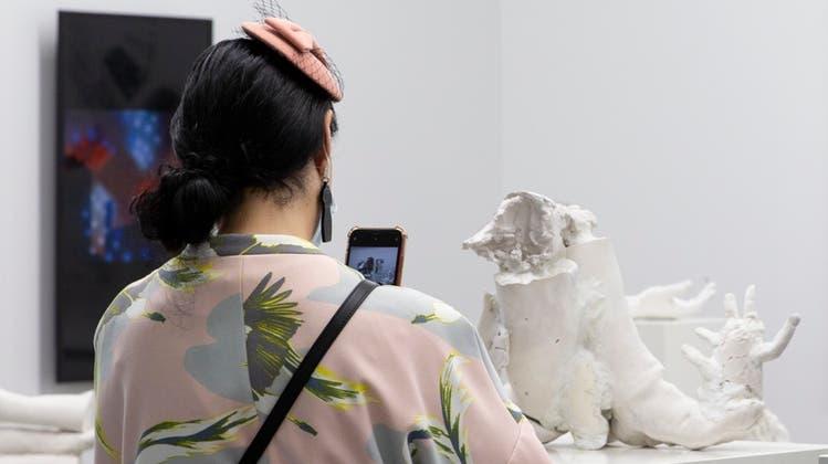 Stilvoll lässt sich die Kunst am besten betrachten. Hier in der Koje von Felix Gaudlitzan der LISTE Art Fair Basel. (Gina Folly)
