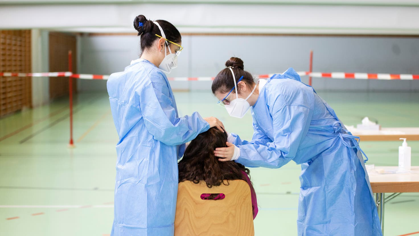 Ein Kind wird auf das Coronavirus getestet. (Symbolbild: Britta Gut)
