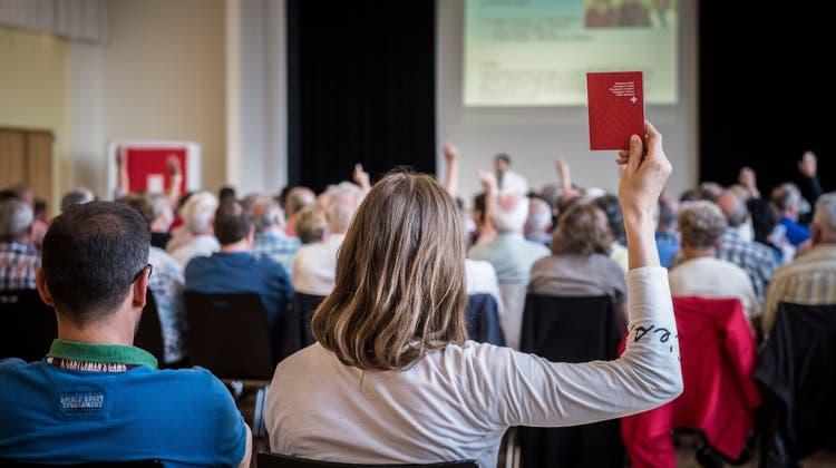 Jugendliche aus Basel könnten zum Schweizer Pass bald auch ein Geschenk bekommen. (Symbolbild: Annika Bütschi)