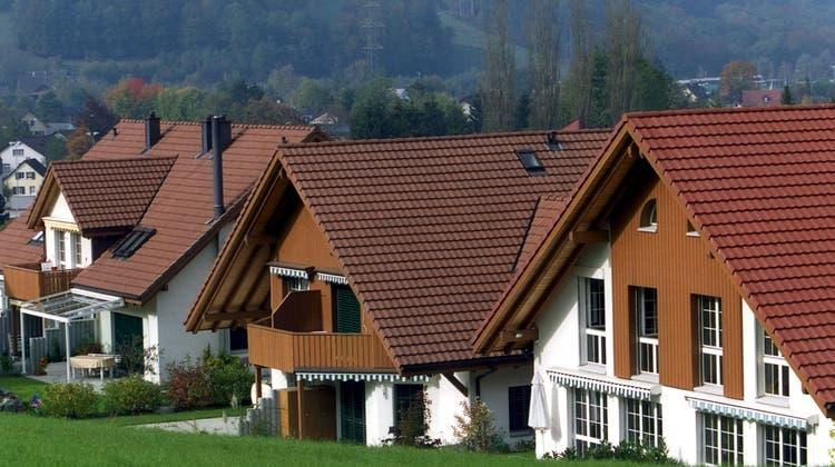 «Schaffe, schaffe Häusle bauen». Und dies vielleicht auch bald ohne den Eigenmietwert. (Keystone)